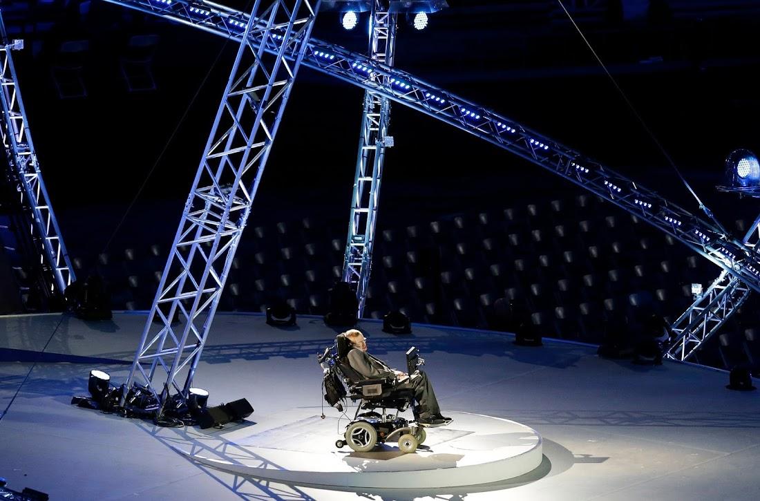 Stephen Hawking đọc diễn văn tại Lễ Khai mạc Thế vận hội dành cho người khuyết tật ở Luân Đôn, Anh Quốc vào năm 2012. Hình ảnh: Lefteris Pitarakis/AP.