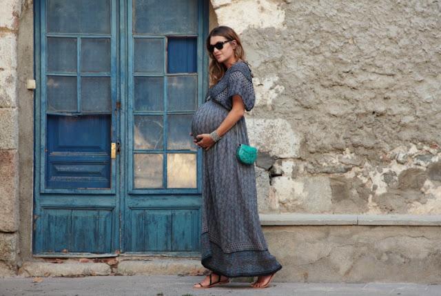 Беременная женщина в платье макси в стиле бохо