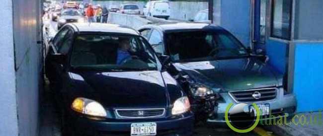 Dua mobil terjebak di gerbang tol