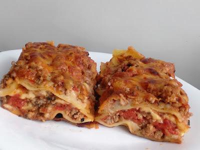 Włoska potrawa z makaronu i mięsa