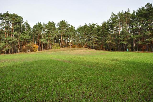 Obronne wały ziemne dokoła średniowiecznego miasta Dzwonowa