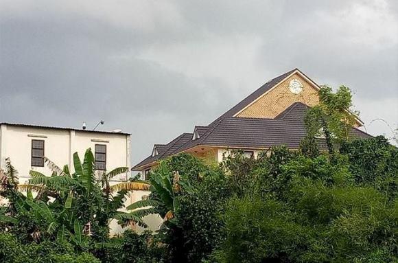 Phía sau dinh thự được gắn nhiều camera an ninh