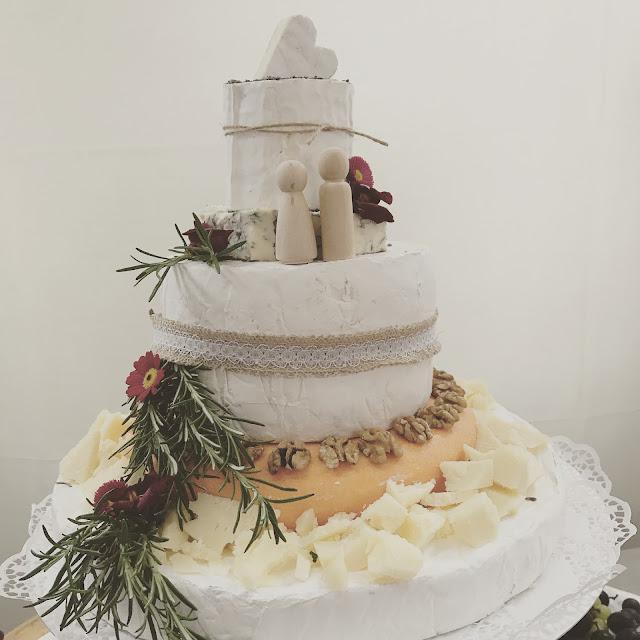 Käse-Hochzeitstorte, whole wheel cheese cake, Monaco di Bavaria wine shades and wood grains, Hochzeitsmotto, heiraten 2017 im Riessersee Hotel Garmisch-Partenkirchen, Bayern, wedding venue, dunkelrot, dunkelgrün, Weinthema