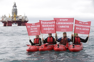 """""""Ο άνθρωπος ή το πετρέλαιο;"""" Διαμαρτυρία της Greenpeace στην Νορβηγία για τις γεωτρήσεις πετρελαίου."""