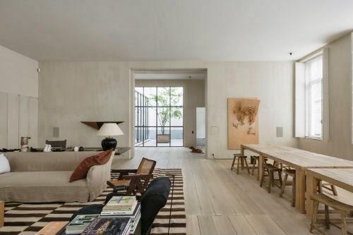 Leuchtend Grau: Im Wohnzimmer stehen neben Holztischen auch Sofas in beige.