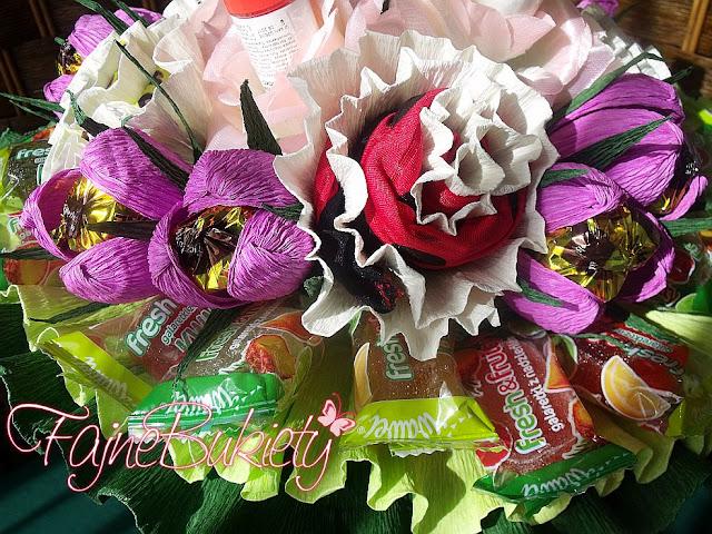 Słodki bukiet z cukierków, stringów i lakierów do paznokci