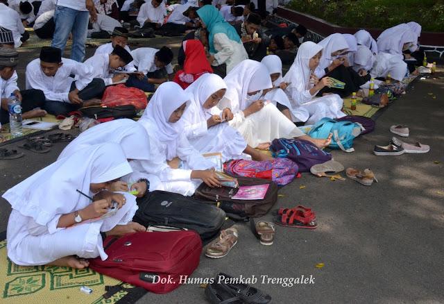Ribuan Siswa Madrasah Ramaikan Gerakan Menulis Al Qur'an di Trenggalek