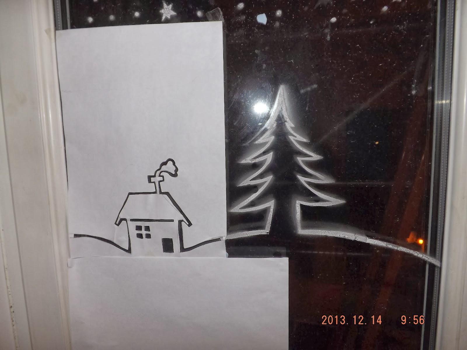 Felragasztottuk az ablakra a házikó sablont is