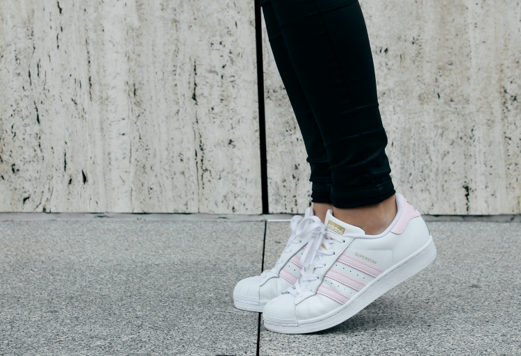 Look con zapatillas de Adidas Superstar rosas blog de moda