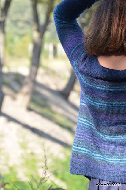 Sweter na drutach w pasy turkusowo-fioletowe na granatowym tle