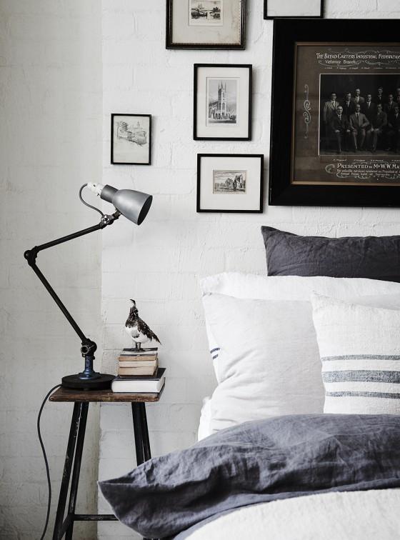 dormitorio nordico habitacion nordica mesita auxiliar lampara cuadros decorar pared lino blanco interiorismo nordico