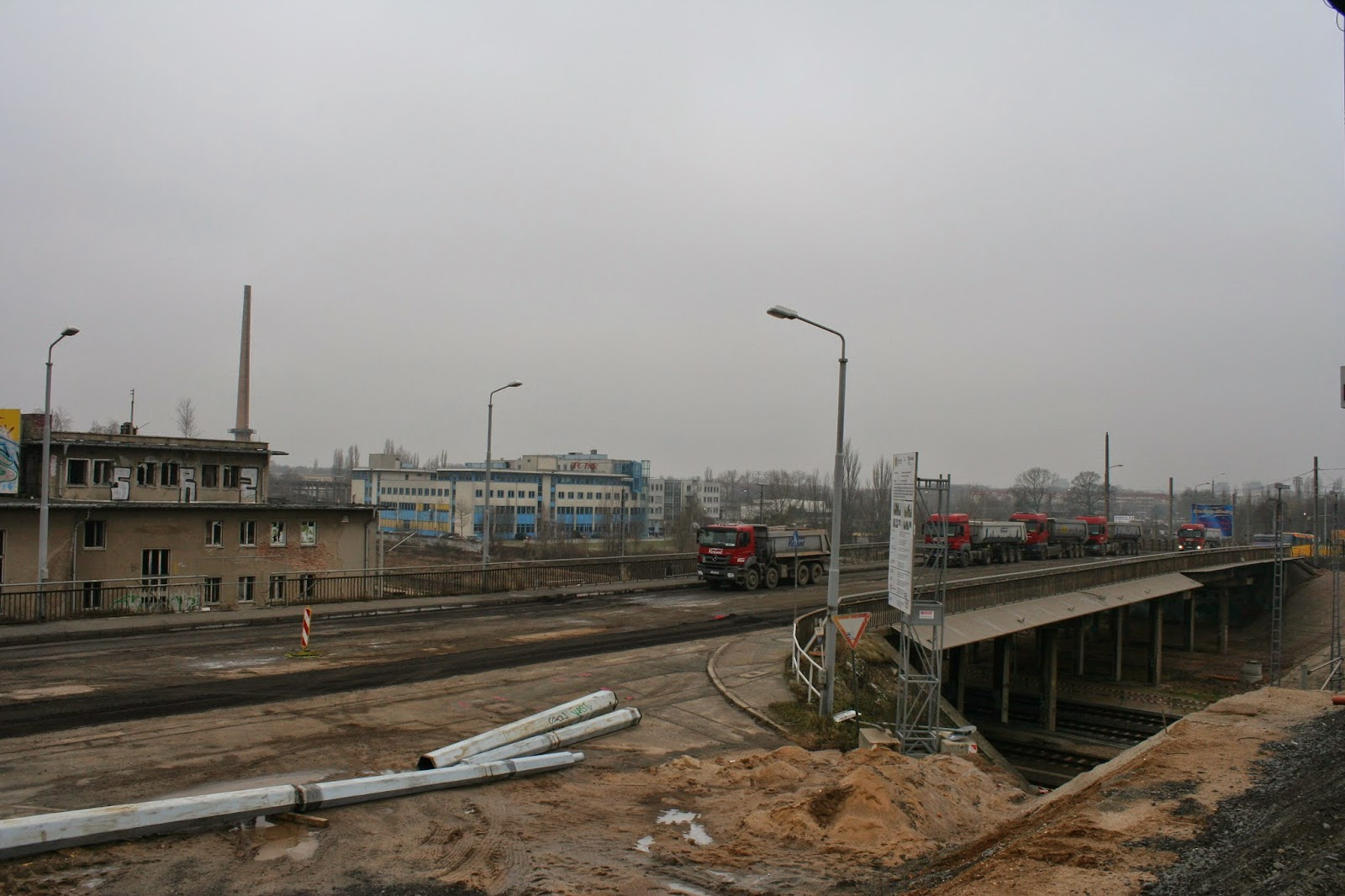 Die Antonienbrücke am 22.01.2015 in Richtung Grünau - die alten Straßenbahnschienen sind schon raus, offensichtlich wird der Beton abgetragen