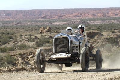 Guiar com o co-piloto ao lado remete ao conceito original das antigas corridas de baquets.