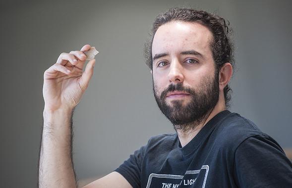 Aitor Calvo con un buril utilizado en la investigación. Foto: Nuria González (UPV/EHU)