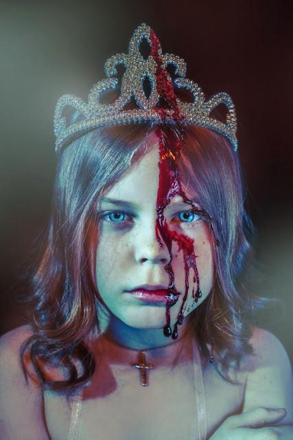 niña princesa con sangre