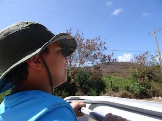 Léo andando de buggy em Noronha