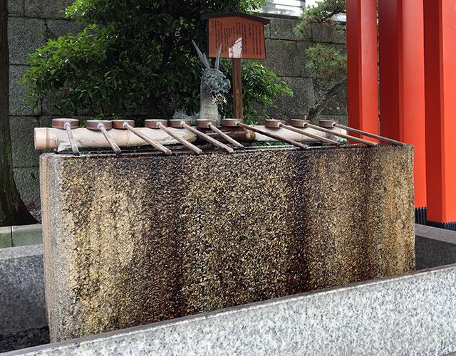 浜松藩主高力摂津守忠房が寛永15年5月に寄進したと刻まれる手水鉢は今も五社神社中ノ段に残る(2017年6月27日撮影)