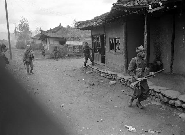 Soldados franceses y australianos en Hwangju justo al norte de Pyongyang