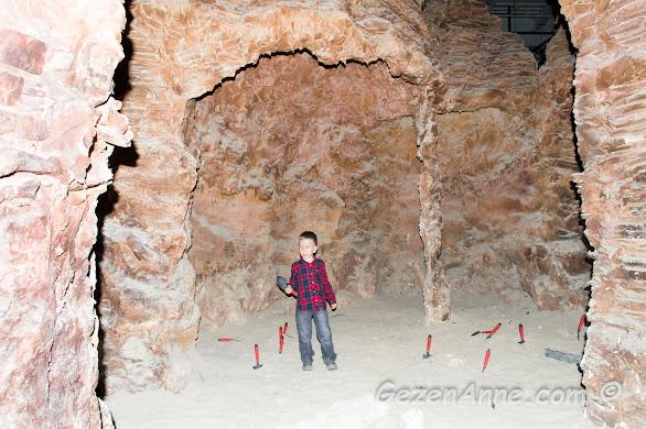 kazılar yapıp paleontolog olma konusunda ilk adımı atan oğlum, Jurassic Land
