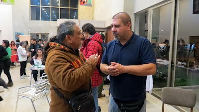 Juan Flores (Inti-illimani) conversando con Eduardo Cornejo: