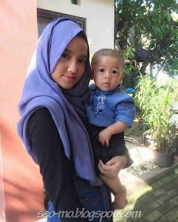 Foto Wirda Mansur Cewek Cantik sedang Gedong Anak Kecil