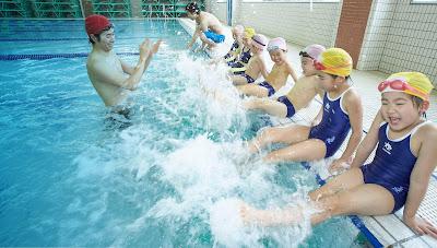 Bé tập bơi tại trung tâm an toàn và hiệu quả