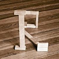 Takozlardan yapılmış R harfi