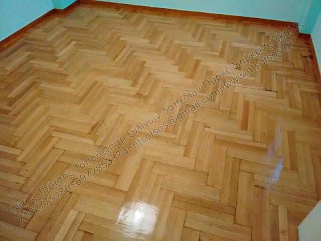 Συντήρηση σε ξύλινο πάτωμα με έντονα σημάδια και γρατζουνιές