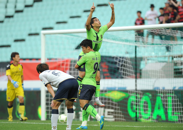 They've had the time of their lives: Jeonbuk's Leonardo and Lee Jong-ho dirty dance all over Pohang Steelers in a 3-0 rout last Sunday evening. (Photo Credit: Hyundai-MotorsFC.com)