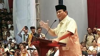 Prabowo Subianto berorasi di hadapan relawan di Istora Senayan. /Foto/Kompas.com