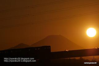 夕陽と富士山を背景に走るモノレール写真