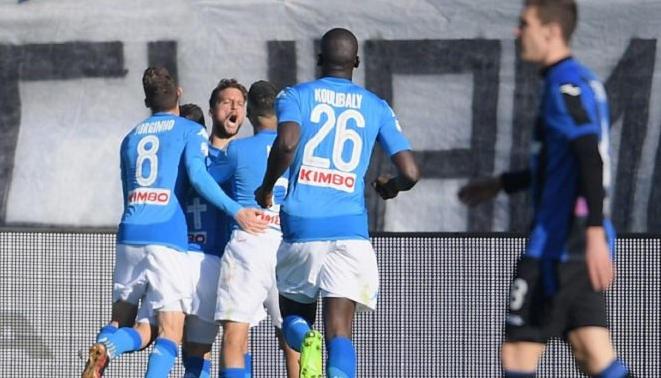 Mertens decide Atalanta-Napoli senza VAR (gol in fuorigioco?), domani Juventus-Genoa