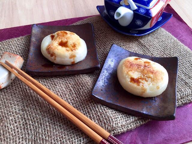 Yaki mochi - bánh gạo nướng cũng là món ăn phổ biến của mùa đông. Vì là mùa lạnh nên bạn sẽ thấy người Nhật chuộng các món đồ nóng sốt hơn rất nhiều.