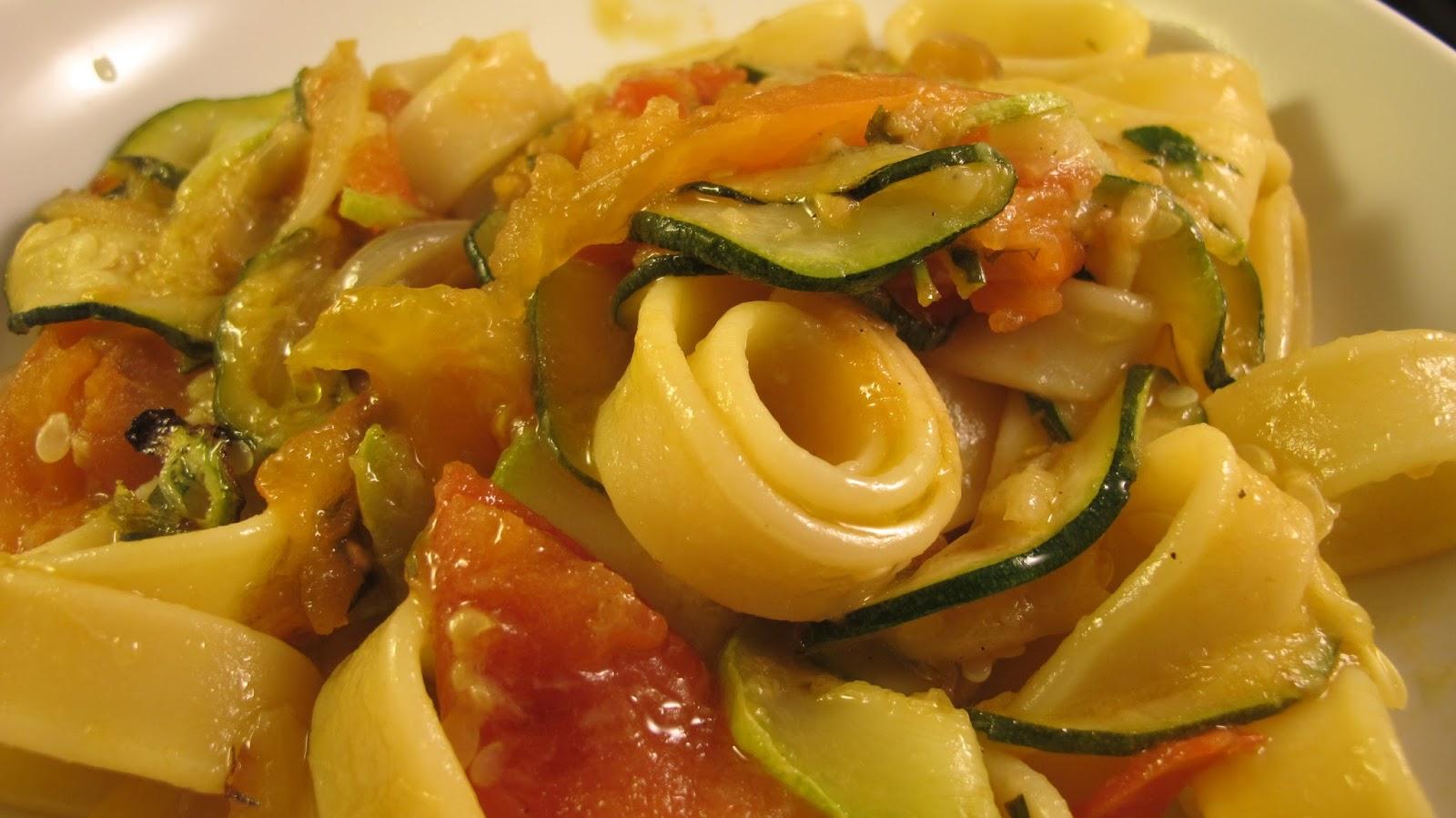 p tes aux courgettes et tomates pav de saumon le blog de cuisine en bouche. Black Bedroom Furniture Sets. Home Design Ideas