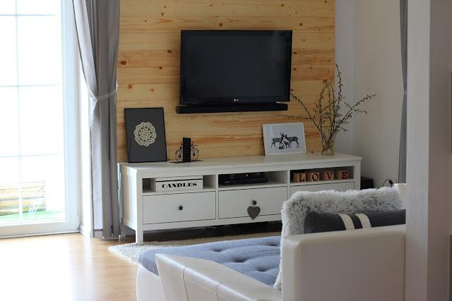 Dekoracja z desek, sciana z desek, drewniana ściana w salonie, deski na ścianie, witryna Hemnes Ikea, szafka rtv Hemnes Ikea, stolik Isala Ikea, stół Ingatorp Ikea, krzesła Ingolf Ikea