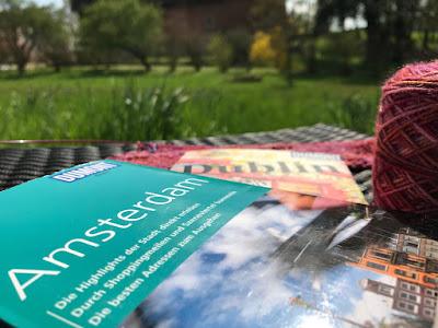 Bild zeigt Gartenansicht mit Reiseführern für Amsterdam und Dublin