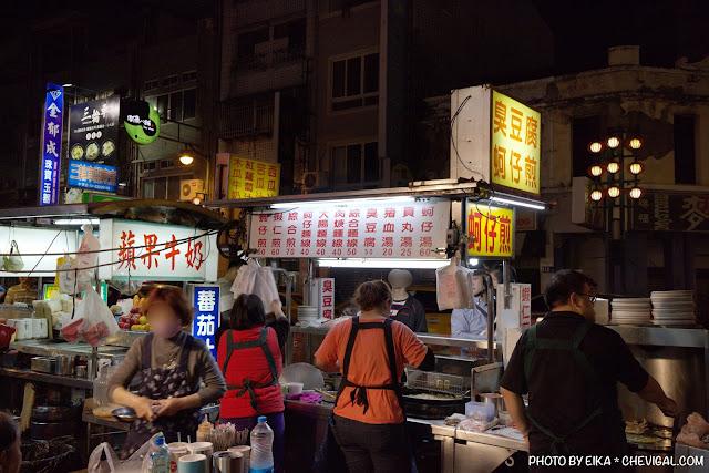MG 0876 - 中華夜市臭豆腐蚵仔煎,還沒開攤就有客人在守候!營業至凌晨3點夜貓子最愛