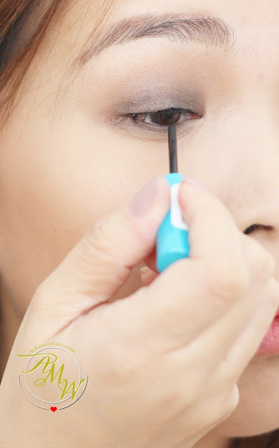 a photo on how to use Essence Liquid Ink Waterproof Liner