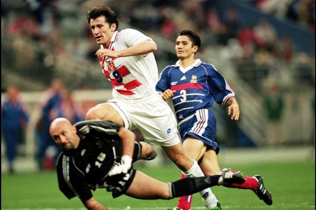 Davor Suker intentando superar al meta Fabien Barthez en aquella semifinal de 1998 / GETTY IMAGES