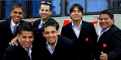 Foto de integrantes del Grupo América con terno