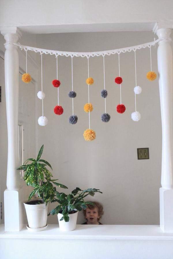 M s y m s manualidades como hacer adornos con pompones for Adornos colgar pared