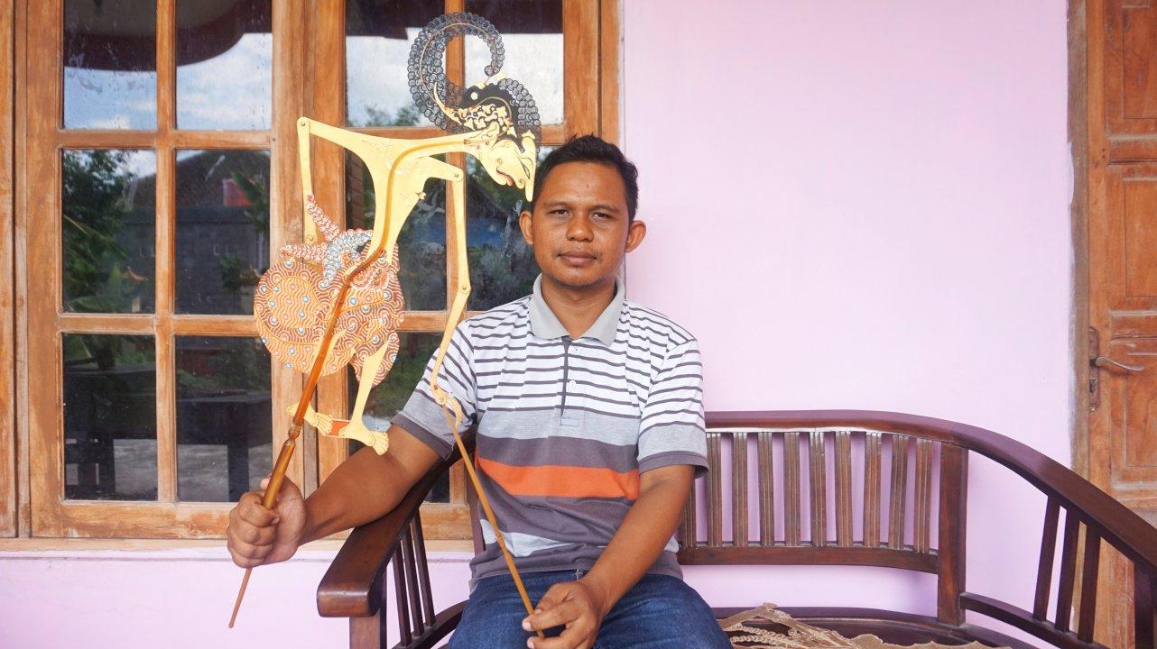 Pendi; Penatah Wayang Termuda di Sidowarno (dok. pribadi)
