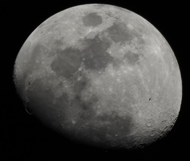 יש חיים על הירח