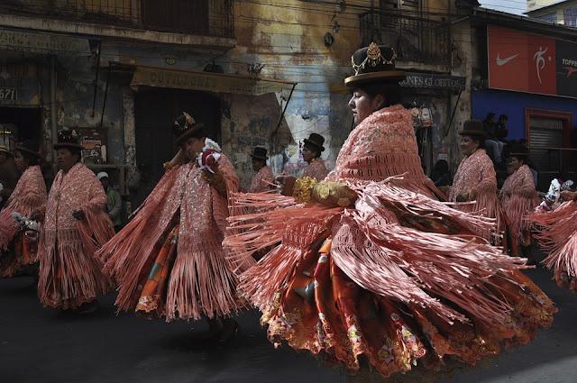 Bailarinas danzan con trajes típicos bolivianos en un festival folklórico en La Paz, Bolivia.