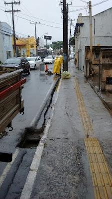 Desobstrução de sarjetas na Odilon Santos