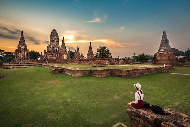 Dù bị tàn phá bởi chiến tranh, thời gian cùng nạn săn lùng các vật phẩm nghệ thuật, điêu khắc, tượng thờ, nhưng dấu ấn còn lại từ phong cách kiến trúc các ngôi chùa cổ kính, những hiện vật được bảo tồn… cũng đủ minh chứng một thời vàng son miền cố đô Ayutthaya– cửa ngõ giao thương trọng yếu của Thái Lan khi xưa với thế giới.