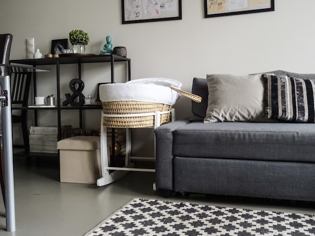 Sisustaminen, kodinsisustus, syksy, hygge, olohuone, sametti, tekoturkis, kodintekstiilit, Ikea, Frihetten sohva, koti, hortensia, sisustusbloggaajan koti, tummat värit, harmaa, musta,