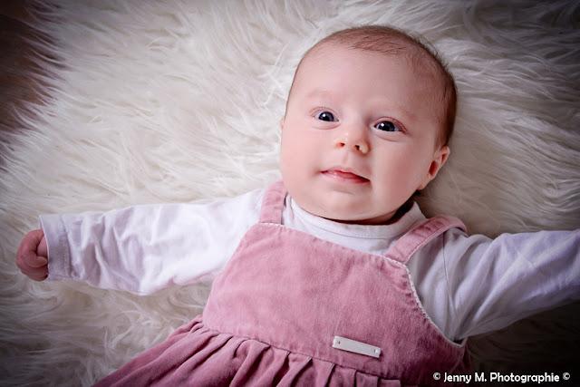 portrait bébé réveillé sourier shooting bébé studio vendée