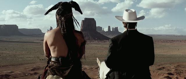 Johnny Deep como Toro, y Armie Hammer como el Llanero, contemplando algunos de los hermosos paisajes de la película