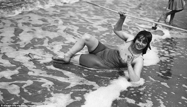 Esta mujer, en 1913, lleva puesto el traje de baño de su época.